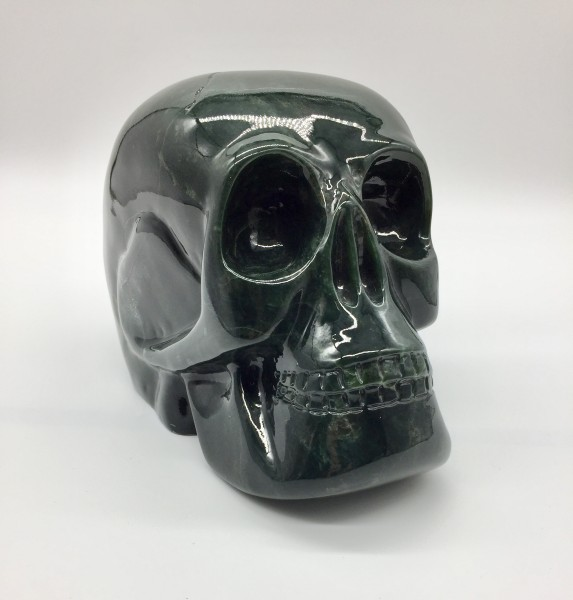 Totenkopf aus Edelserpentin